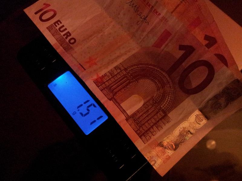 Geld auf Waage